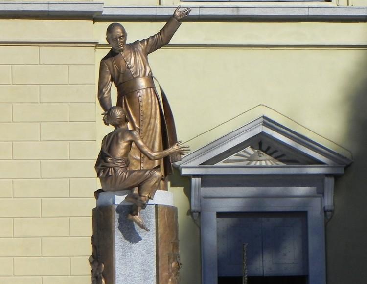 Statua Don Guanella, Campodolcino
